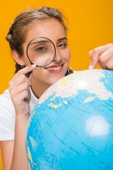 Ritratto di scolara con un globo
