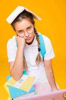 Ritratto di scolara su sfondo giallo