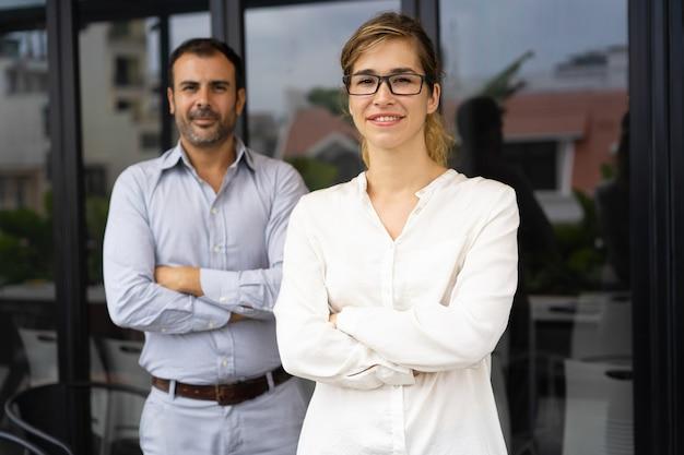 Ritratto di sorridente capo femminile di successo con gli occhiali