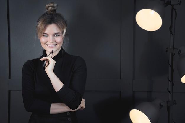 Ritratto di sorridere adulto della donna di affari