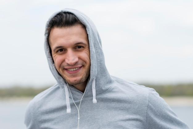 Ritratto di sorridere bello del maschio adulto