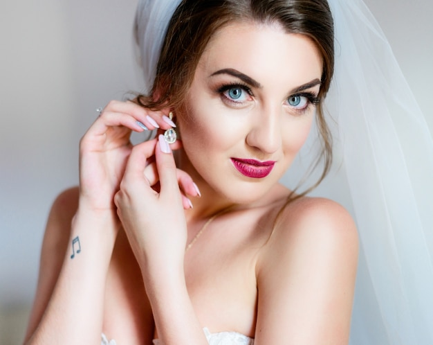 Ritratto di splendida sposa con labbra rosa scure e occhi blu profondo