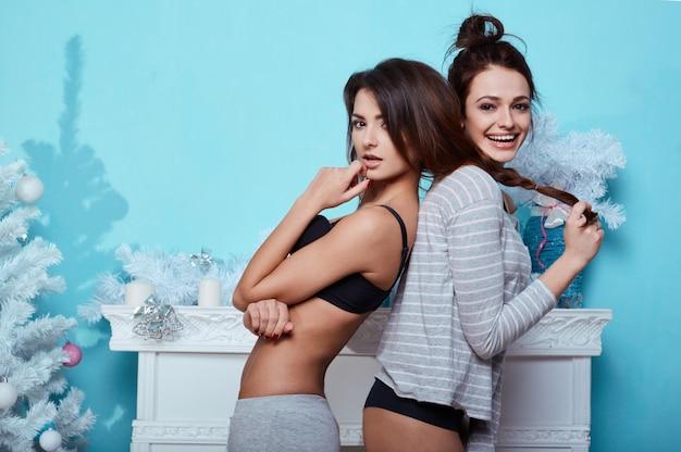 Ritratto di stile di vita interno di due ragazze pazze di hipster di migliori amici
