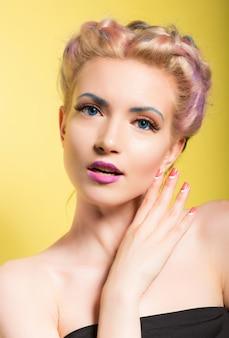Ritratto di stile pinup di una giovane donna bellissima con gli occhi azzurri e il trucco