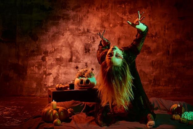 Ritratto di strega con il trucco di halloween