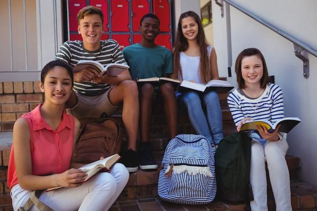 Ritratto di studenti seduti sulle scale
