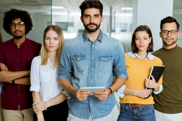 Ritratto di team di business creativo di successo guardando la fotocamera e sorridente