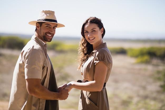 Ritratto di tenersi per mano sorridente delle coppie