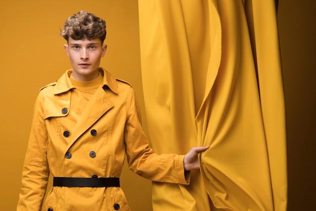Ritratto di timido ragazzo alla moda