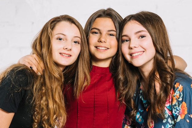 Ritratto di tre sorridenti amici adolescenti femminili