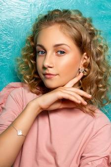 Ritratto di un adolescente che pubblicizza gioielli