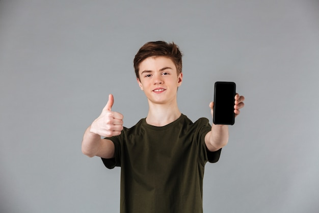 Ritratto di un adolescente maschio felice