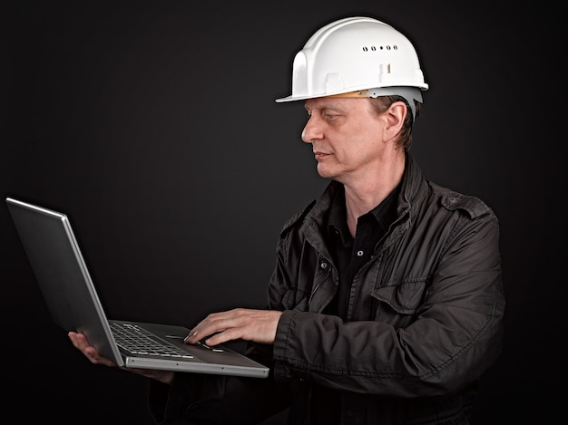 Ritratto di un architetto serio con il suo laptop