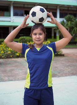 Ritratto di un atleta femminile e di una palla.