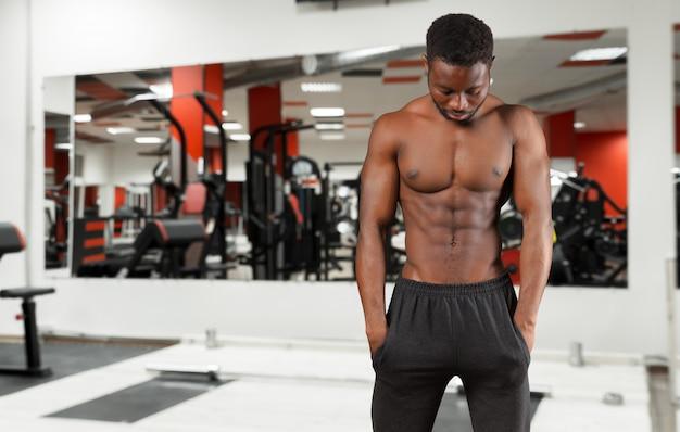 Ritratto di un atleta uomo torso nudo