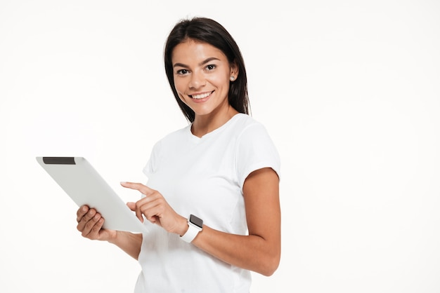Ritratto di un attraente giovane donna con computer tablet