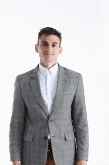 Ritratto di un bel giovane uomo in una camicia bianca e abito