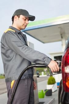 Ritratto di un benzinaio al lavoro