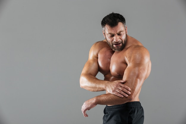 Ritratto di un bodybuilder maschio muscoloso