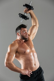 Ritratto di un bodybuilder maschio senza camicia forte sano