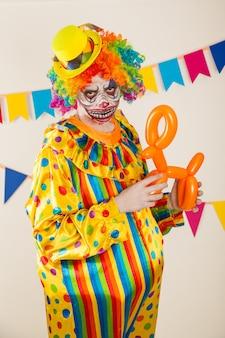 Ritratto di un clown spaventoso. violenza e paura infantile