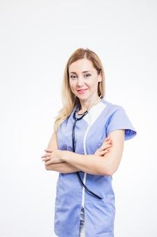 Ritratto di un dentista femminile sorridente su priorità bassa bianca