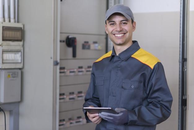 Ritratto di un elettricista al lavoro