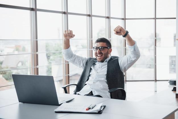Ritratto di un entusiasta impressionato manager banchiere divertente presso l'ufficio.