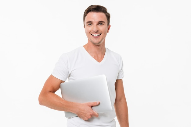 Ritratto di un felice sorridente ragazzo in possesso di notebook