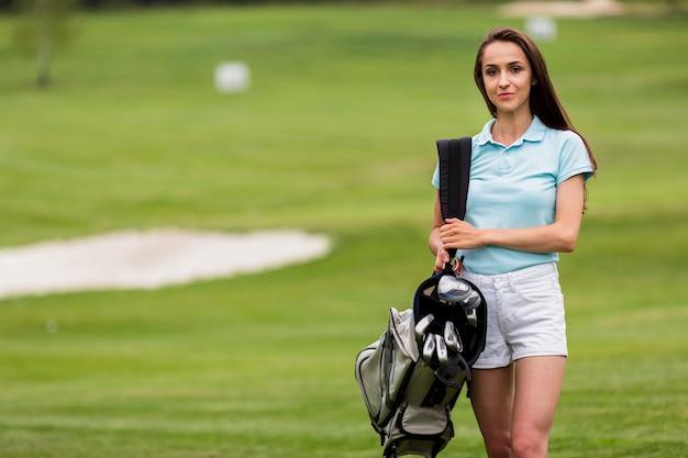 Ritratto di un giocatore di golf della donna con lo spazio della copia