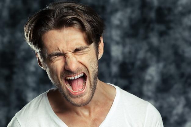 Ritratto di un giovane arrabbiato