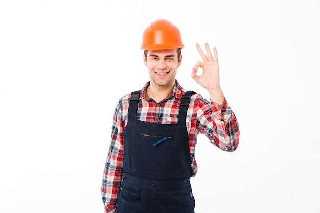 Ritratto di un giovane costruttore maschio allegro