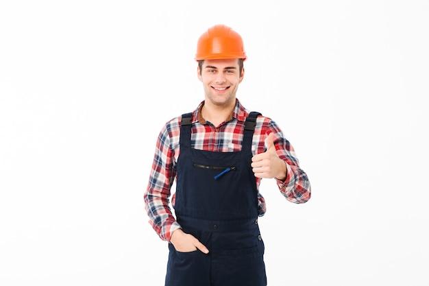 Ritratto di un giovane costruttore maschio sorridente