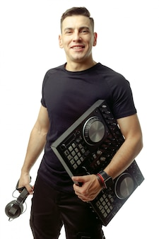 Ritratto di un giovane dj isolato su bianco