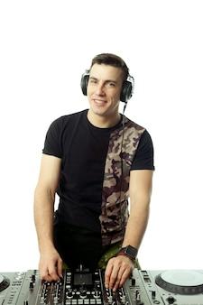 Ritratto di un giovane dj isolato su sfondo bianco