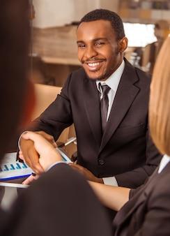 Ritratto di un giovane imprenditore africano in carica.