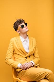 Ritratto di un giovane in una scena gialla