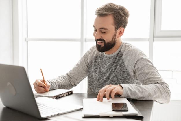 Ritratto di un giovane sorridente che lavora