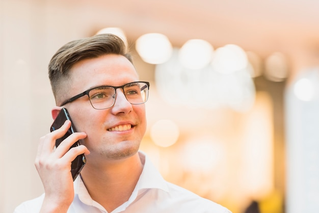 Ritratto di un giovane sorridente parlando sul cellulare