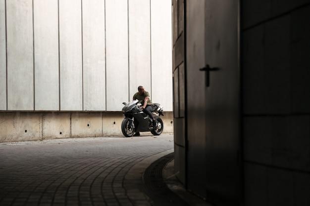 Ritratto di un giovane uomo africano in sella a una moto
