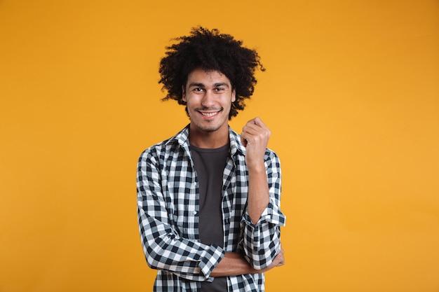 Ritratto di un giovane uomo afroamericano allegro