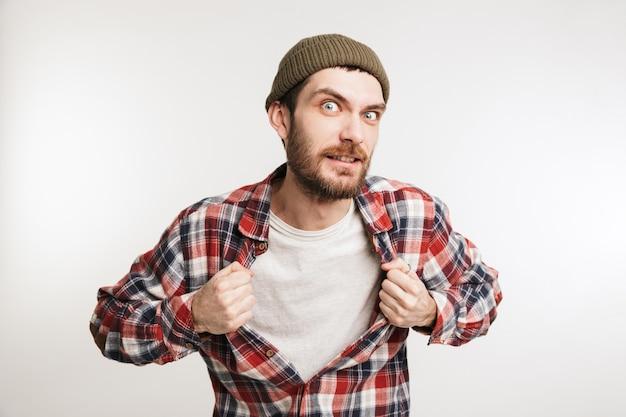 Ritratto di un giovane uomo barbuto in camicia a quadri