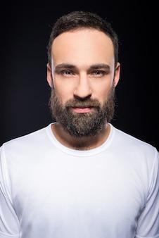 Ritratto di un giovane uomo con la barba folta.