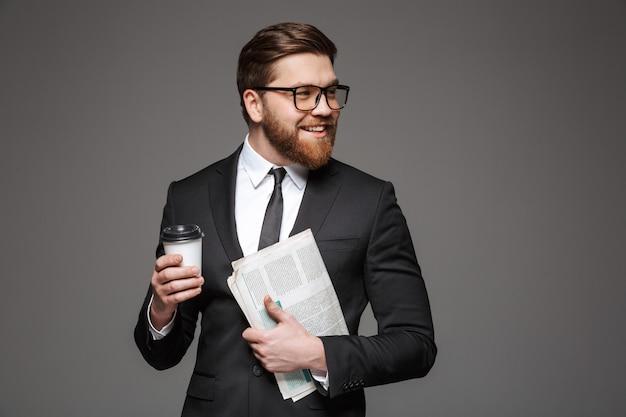 Ritratto di un giovane uomo d'affari allegro