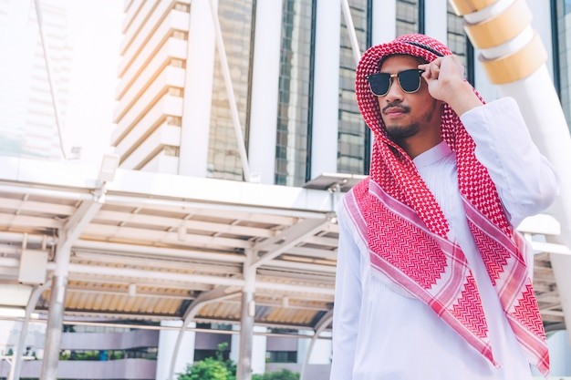 Ritratto di un giovane uomo d'affari arabo di successo in città