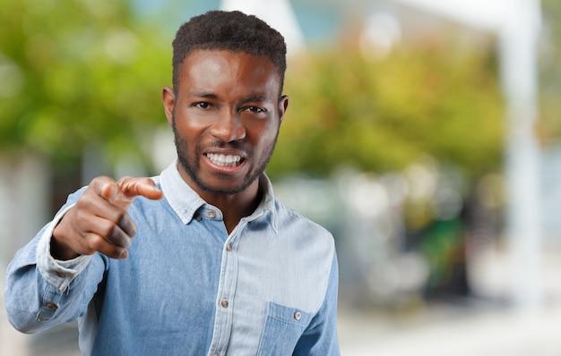 Ritratto di un giovane uomo di colore molto arrabbiato infelice