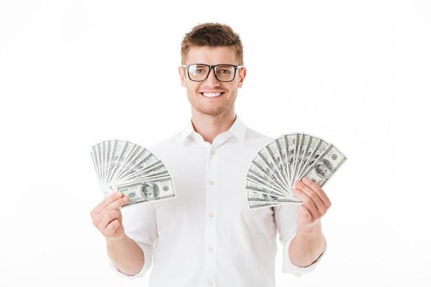 Ritratto di un giovane uomo felice in occhiali da vista