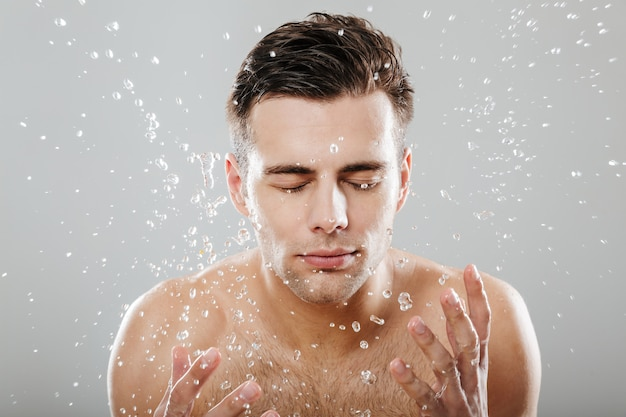 Ritratto di un giovane uomo mezzo nudo da vicino