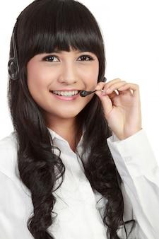 Ritratto di un impiegato di call center femminile di successo che indossa un auricolare