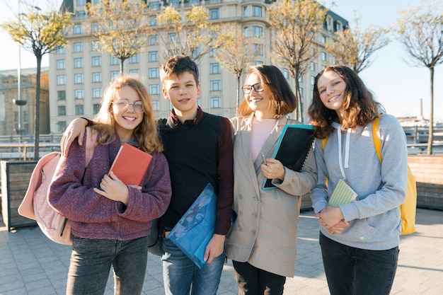 Ritratto di un insegnante femminile e un gruppo di adolescenti